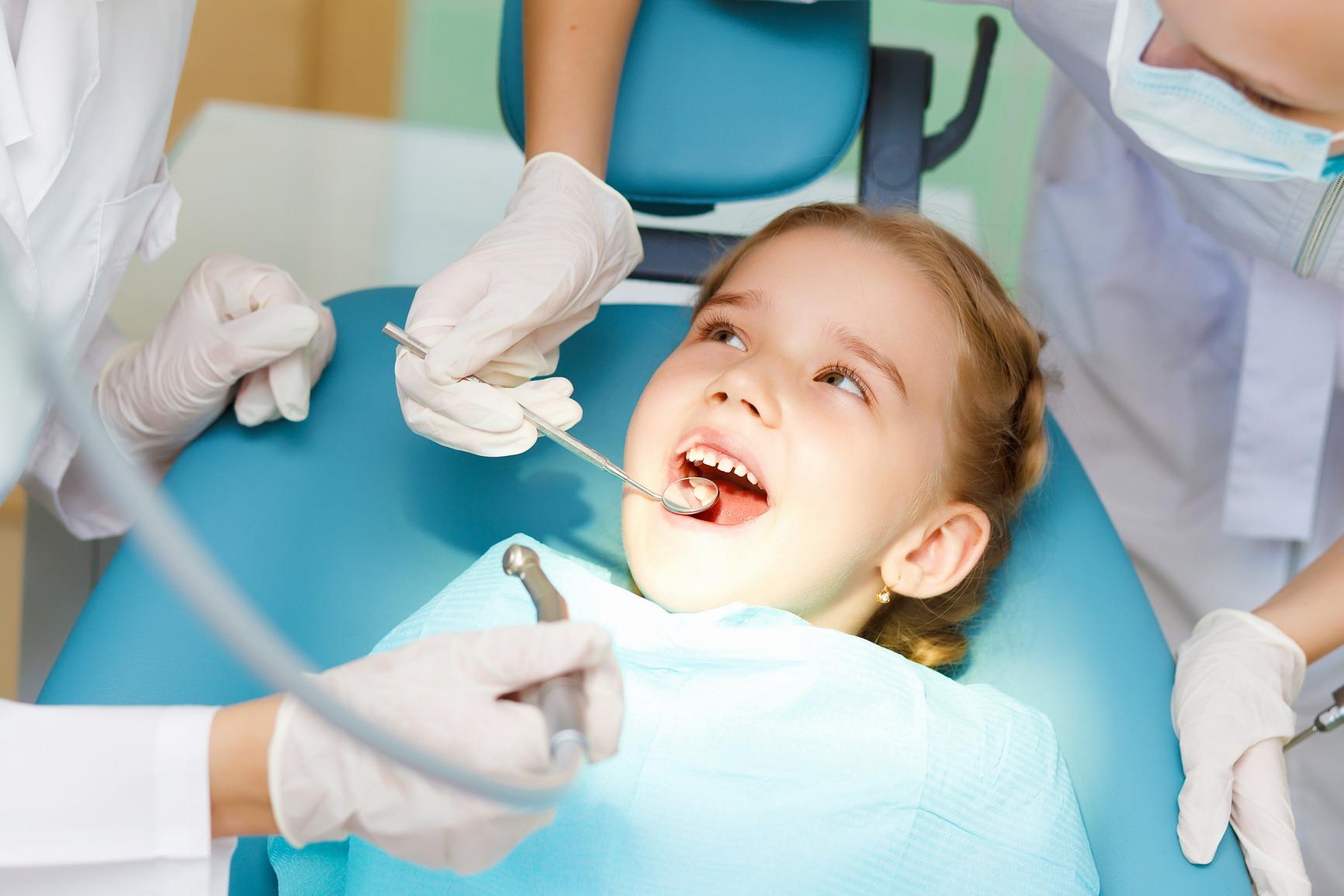 Genitori portano i figli dal dentista